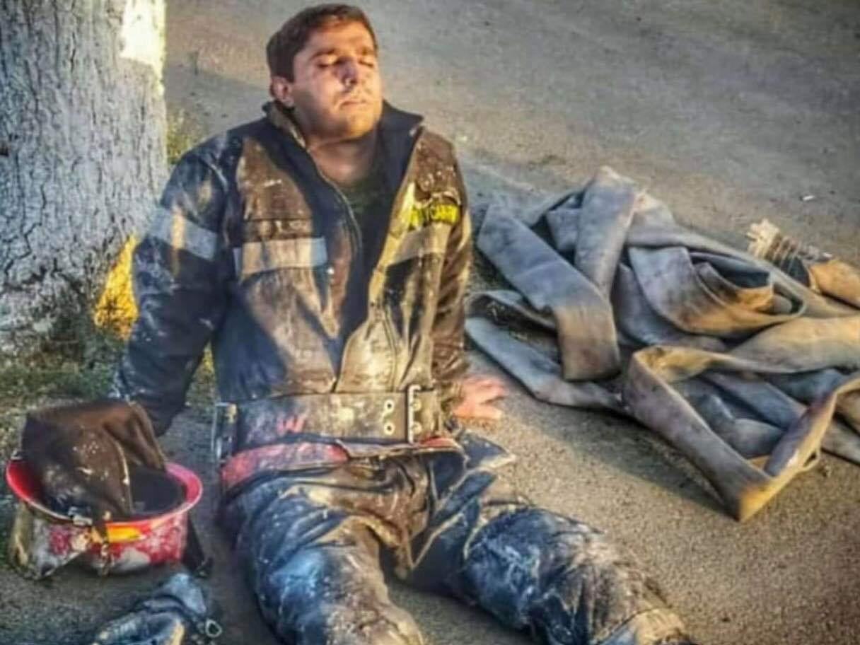 Герой дня: сотрудник МЧС после тушения пожара на заводе Sobsan - ФОТО