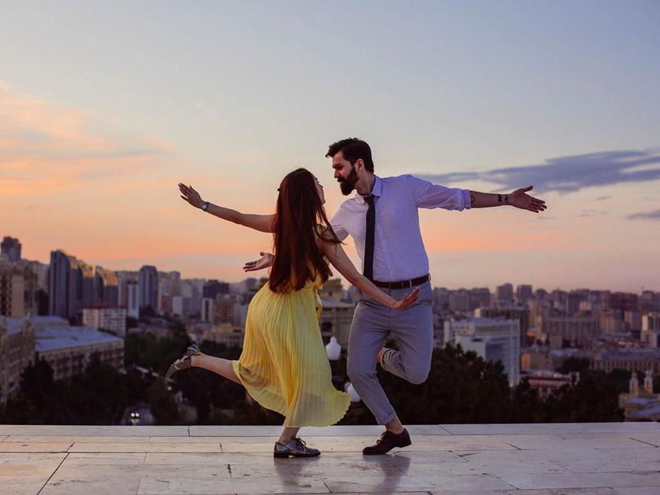 «Ла-Ла Ленд» и не только: Пара из Баку воссоздает сцены из знаменитых фильмов – ФОТО