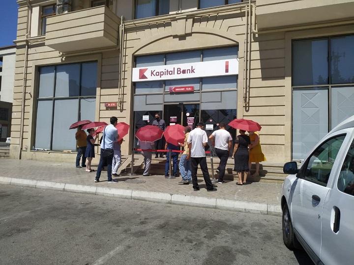 Kapital Bank filialların önündə müştəriləri günvurmadan qoruyur – FOTO