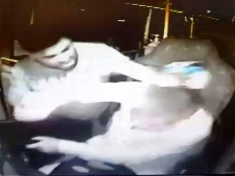 Sərnişindən maska taxmasını tələb edən avtobus sürücüsü döyüldü - VİDEO