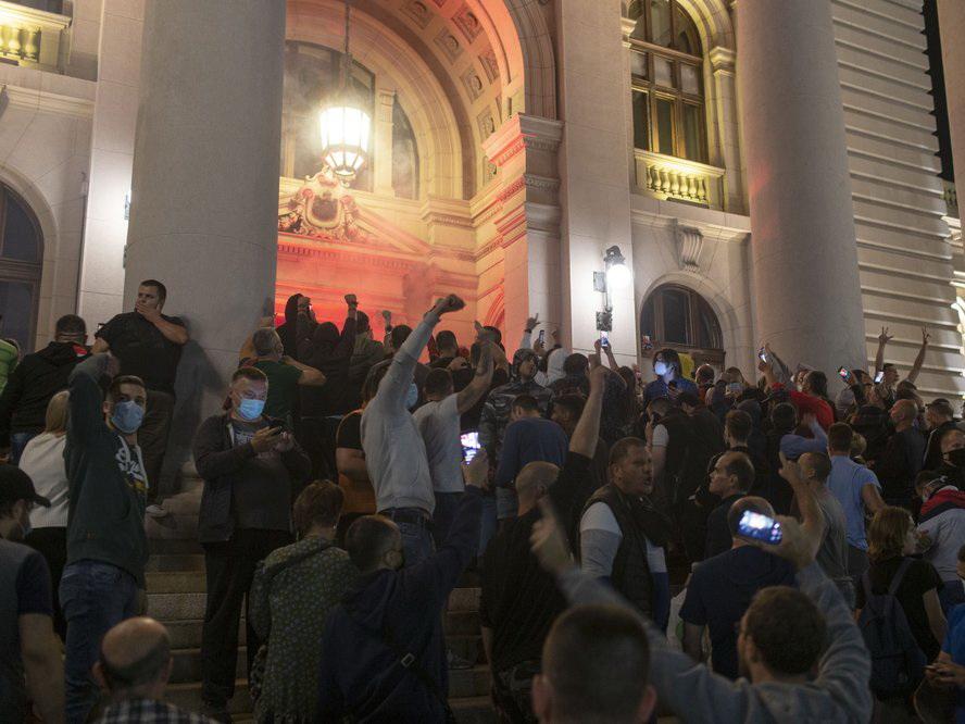 Комендантский час и беспорядки в Сербии: Протестующие пытались штурмовать парламент – ФОТО - ВИДЕО