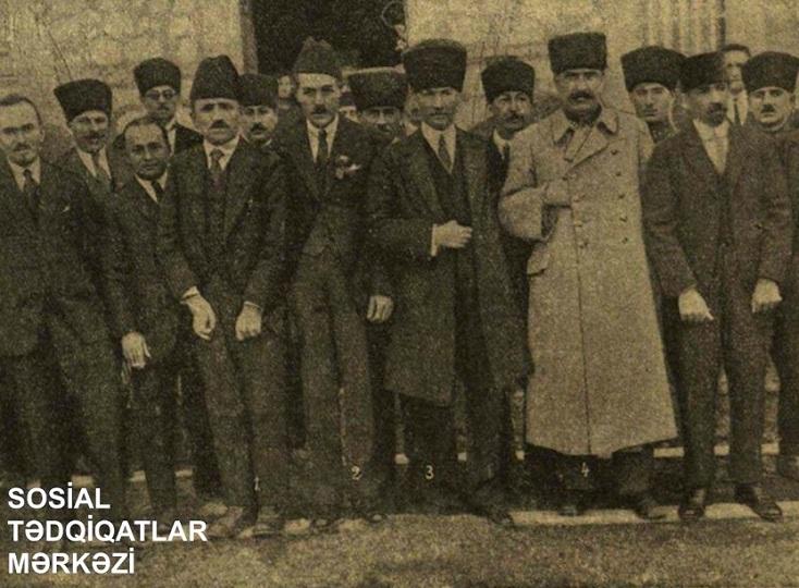 Atatürkün ucaltdığı Azərbaycan bayrağının orağı, çəkici və ulduzu