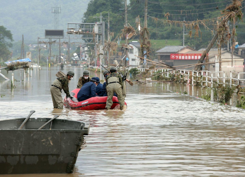 В Японии погибли более 60 человек из-за наводнений и оползней