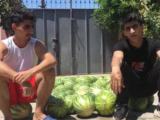 В Баку молодой человек бесцельно растратил 190 манатов госпомощи, купив на них арбузы и разбив их – ВИДЕО