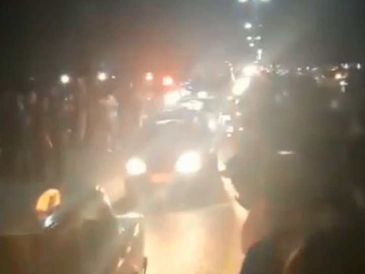 Жители Товуза с аплодисментами встретили тела погибших в бою азербайджанских военнослужащих - ВИДЕО