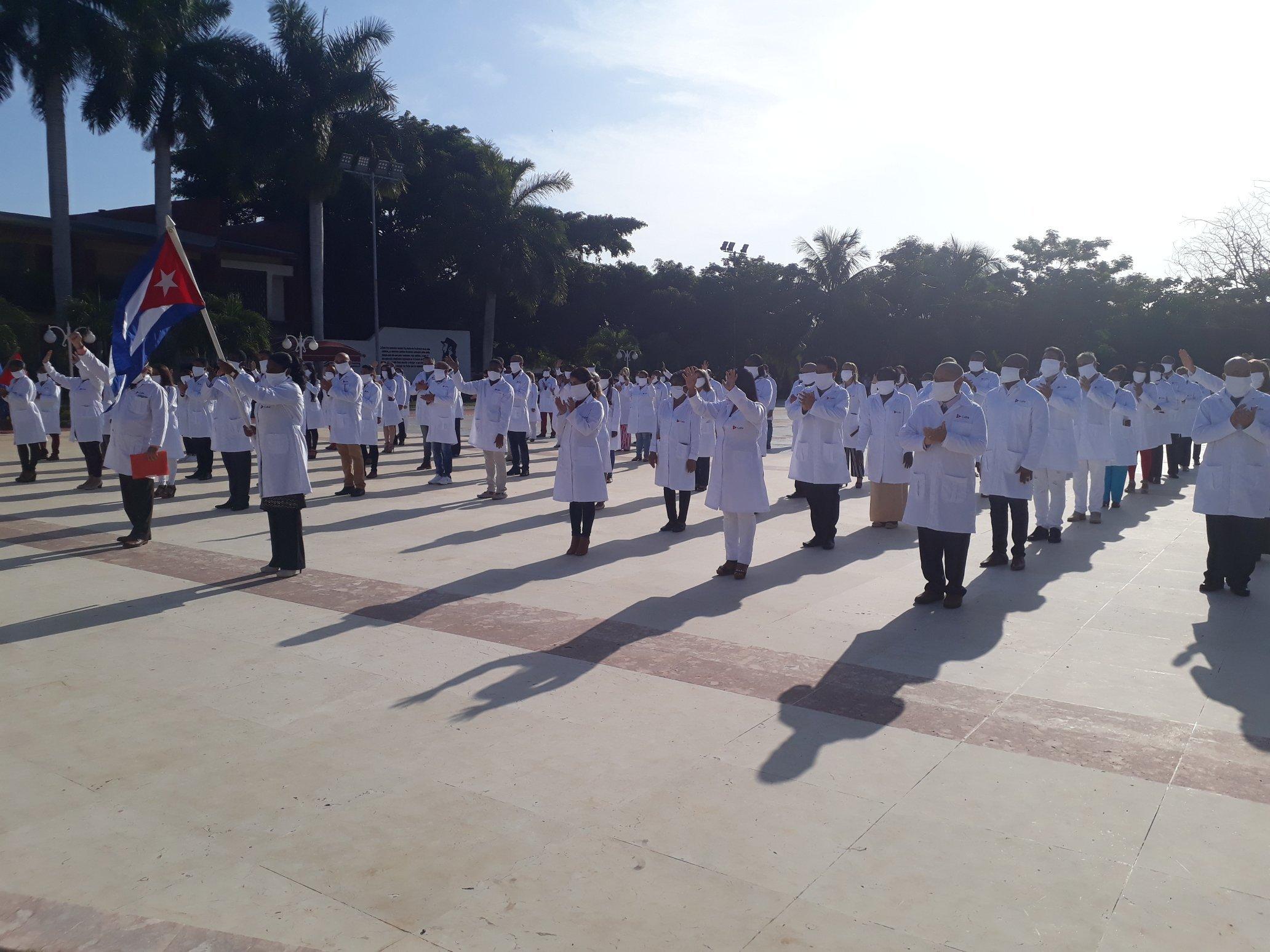 Кубинские врачи вылетели в Баку для борьбы с COVID-19 - ФОТО