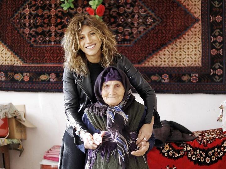 Ройа построила дом бабушке, живущей лицом к лицу с врагом - ВИДЕО