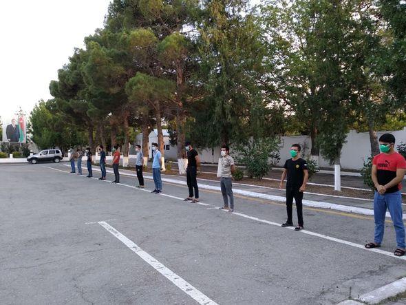 В Азербайджане задержаны молодые люди, устроившие веселое застолье в карантин – ФОТО – ВИДЕО