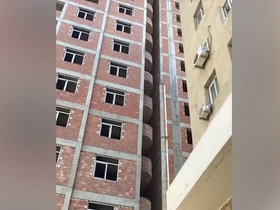 В Баку построили высотку, балконы которой касаются соседнего дома – ВИДЕОФАКТ