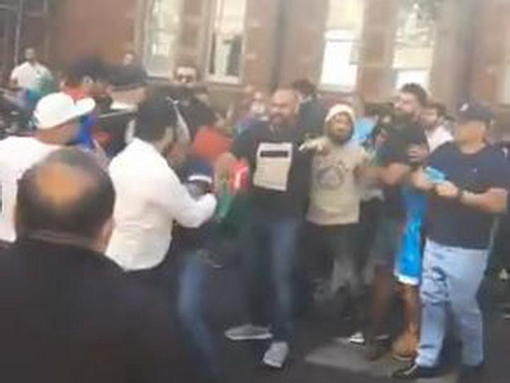 Стычки в Лондоне: Армяне попытались сорвать акцию азербайджанцев, есть пострадавшие - ВИДЕО