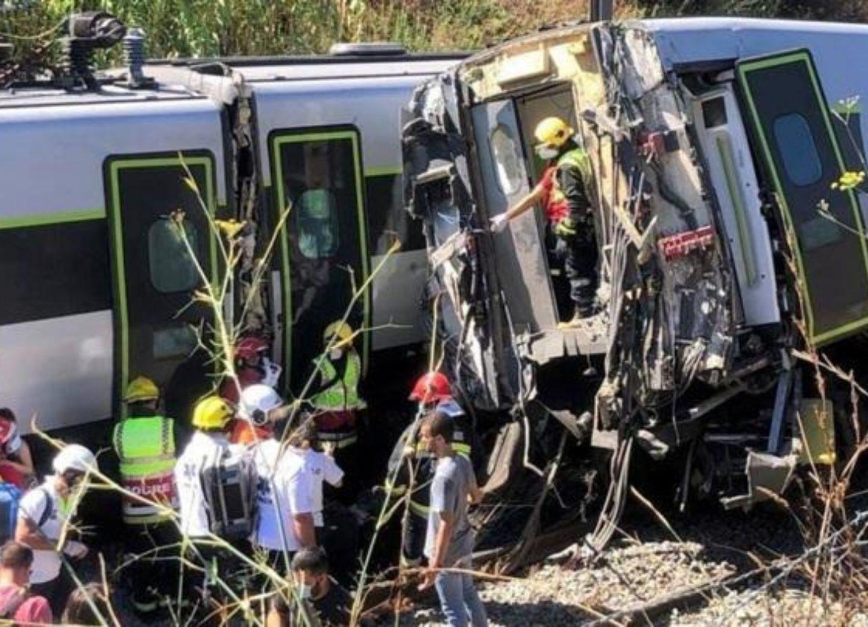 В Португалии потерпел крушение поезд, десятки человек пострадали - ФОТО