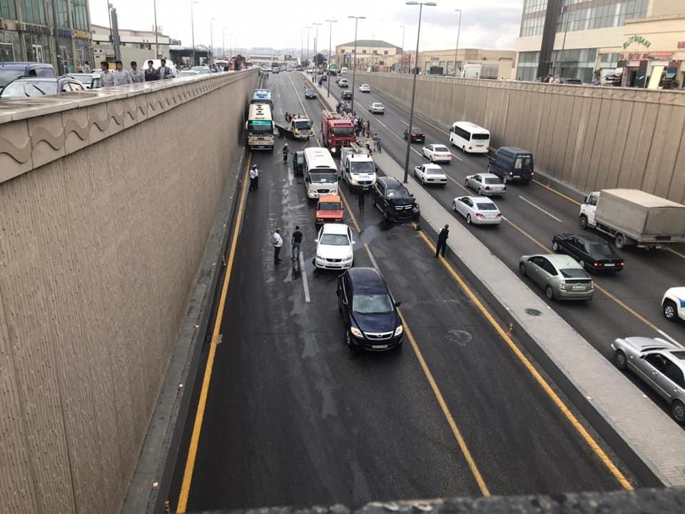 В Баку столкнулись два пассажирских автобуса, пострадал водитель - ФОТО