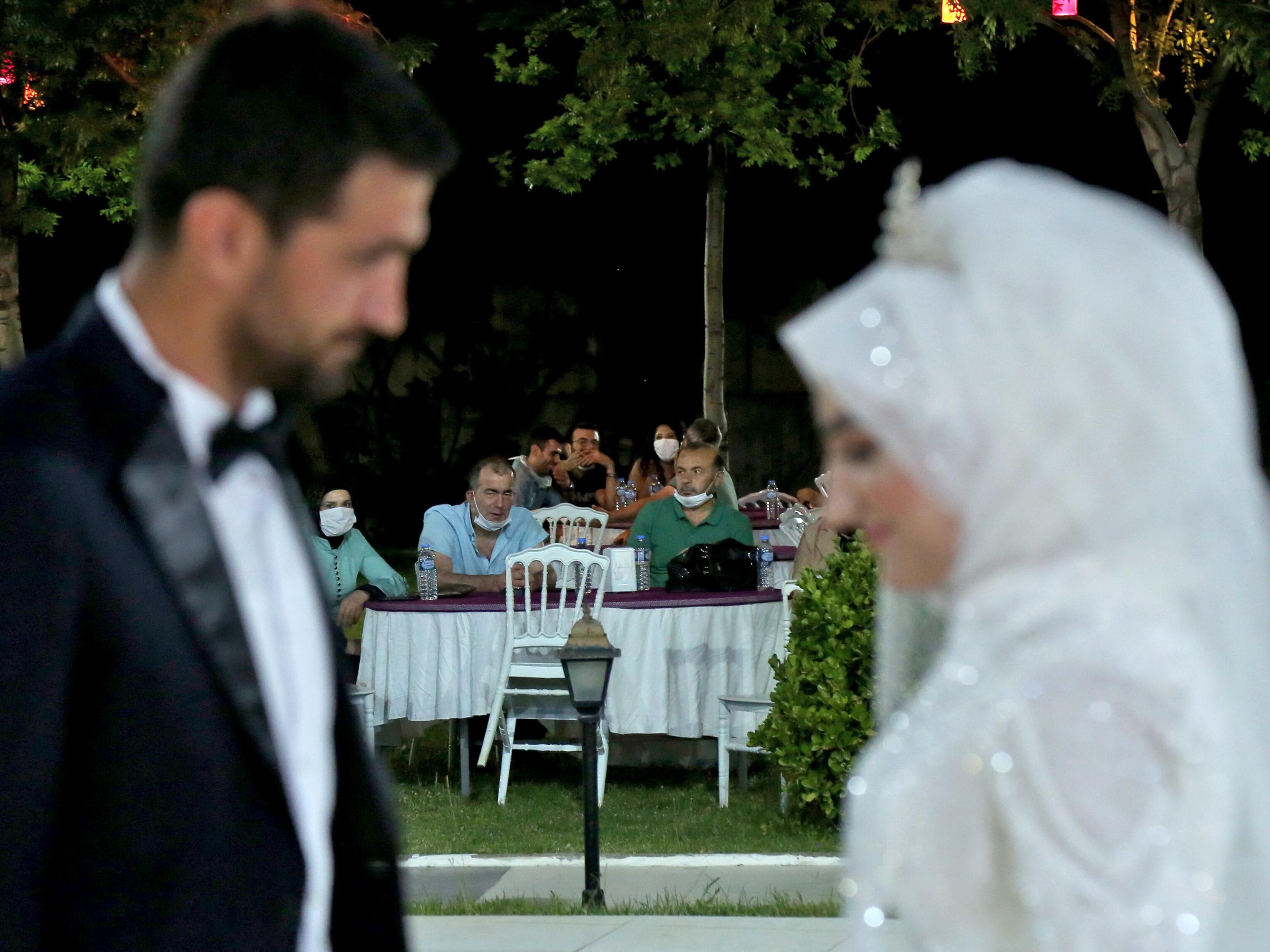 Турция решила контролировать нормы карантина на свадьбах и похоронах