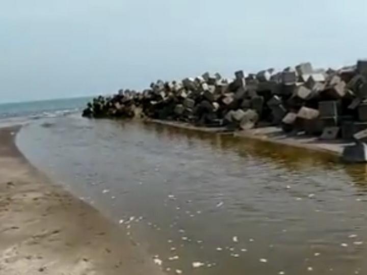 В море у популярного бакинского пляжа сливается неочищенная канализация – ВИДЕО