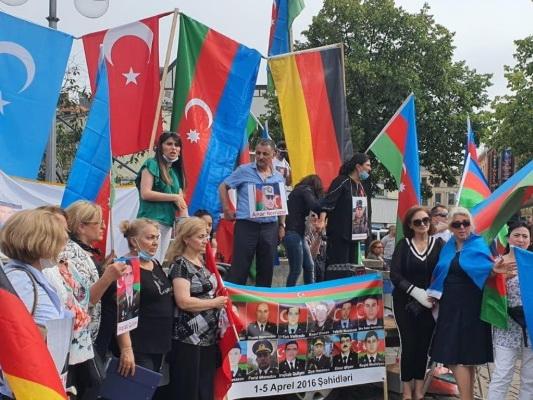 «Конец армянскому террору!»: В Ганновере прошел митинг в поддержку Азербайджанской армии