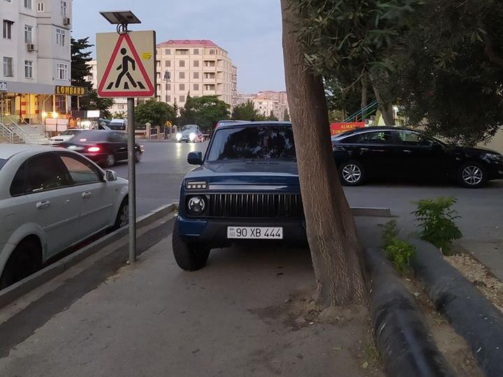 Тротуар – место парковки: Водитель «Нивы» преградил дорогу пешеходам - ФОТО