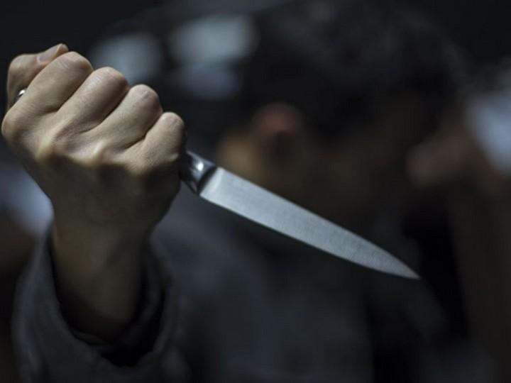 Xətaidə polis əməkdaşı bıçaqlandı