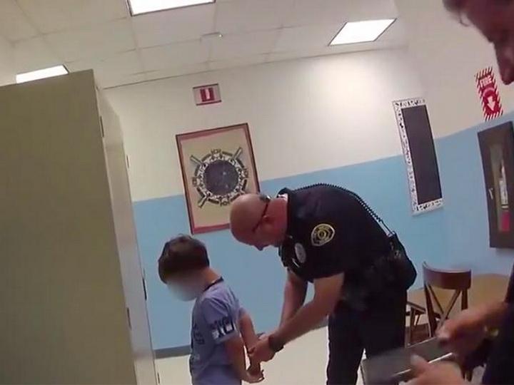 «Ты отправляешься в тюрьму»: в США полиция задержала в школе 8-летнего мальчика – ВИДЕО