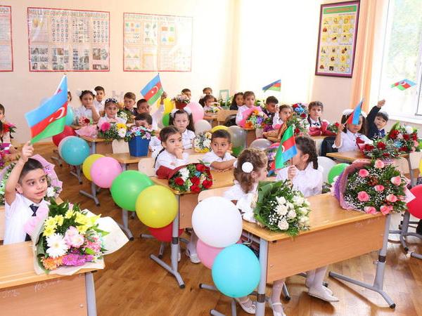 В Азербайджане запретили приходить в школу с цветами и шарами