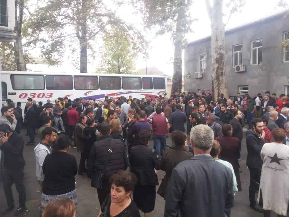 «Здесь уже стоят автобусы, всех призывают»: В Азербайджане распространяются слухи о мобилизации – ФОТО