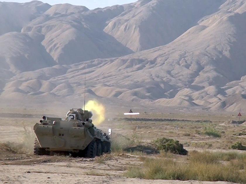Экипажи бронетехники совершенствуют боевые навыки - ВИДЕО