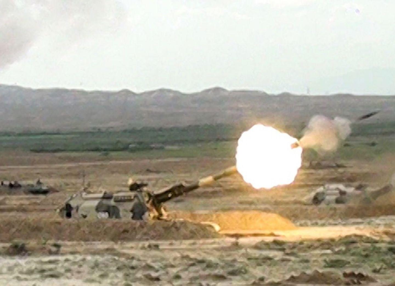 Выполняются боевые стрельбы из самоходных гаубиц «Мста-С» - ФОТО
