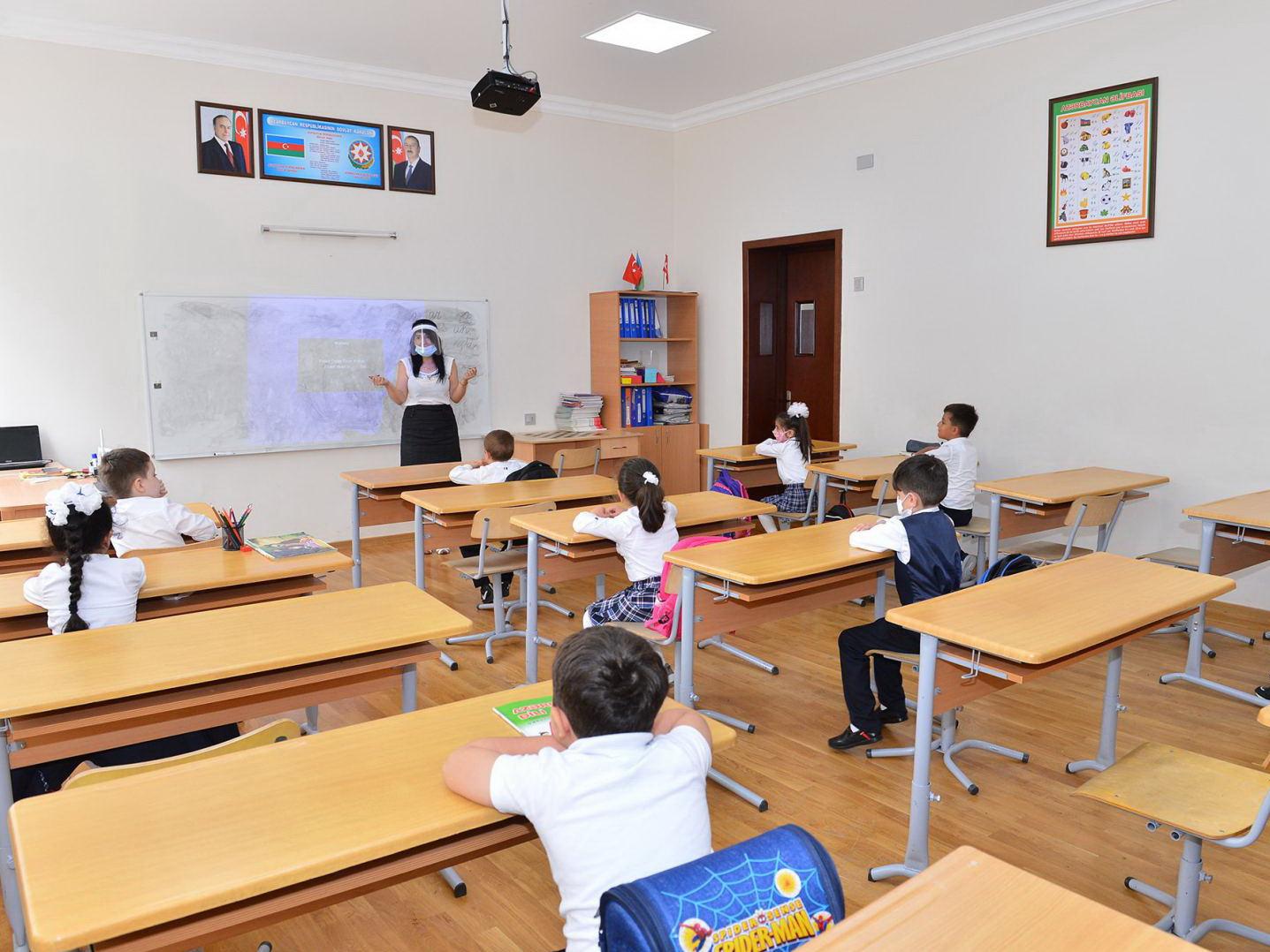 В Азербайджане коронавирусом заразились еще 10 учащихся