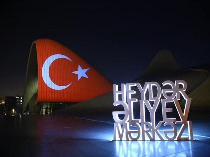 Heydər Əliyev Mərkəzinin binası Türkiyə bayrağına bürünüb – VİDEO