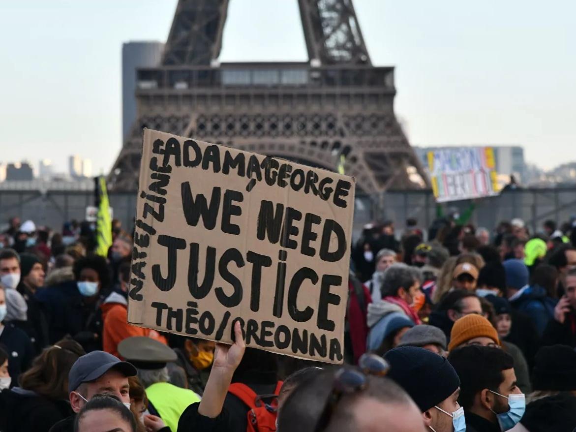 Полиция применила водометы против демонстрантов в Париже