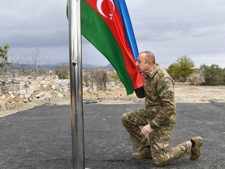 Prezident İlham Əliyev Ağdamda Azərbaycan bayrağını qaldırdı – FOTO