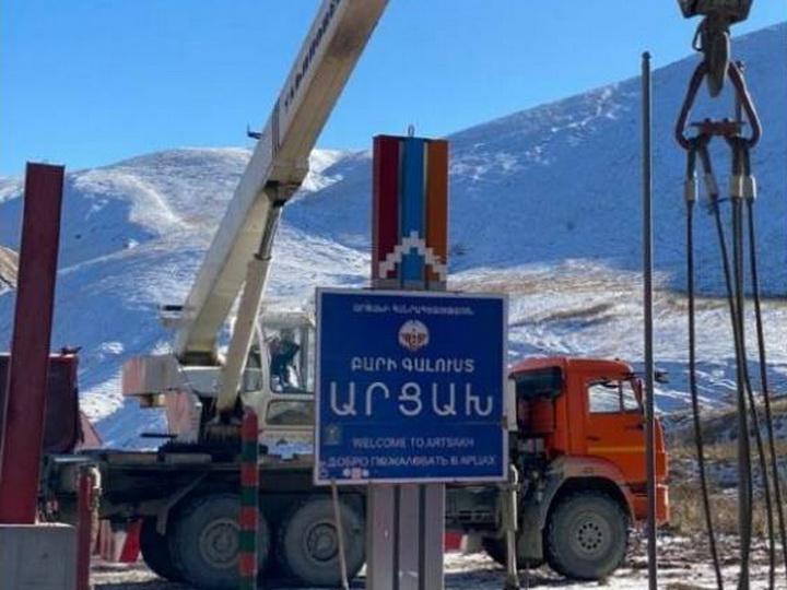Армяне демонтировали указательный щит с сепаратистским названием в Кяльбаджаре - ФОТО
