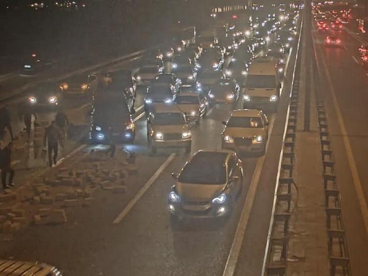 Названа причина затора на крупной дороге Баку – ФОТО