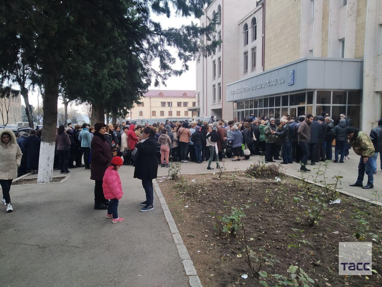 Армяне в Ханкенди выстроились в очередь за бесплатной гречкой и макаронами – ФОТО