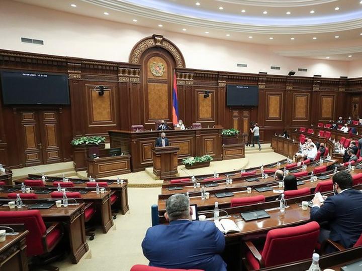 Парламент Армении отказался отменить военное положение