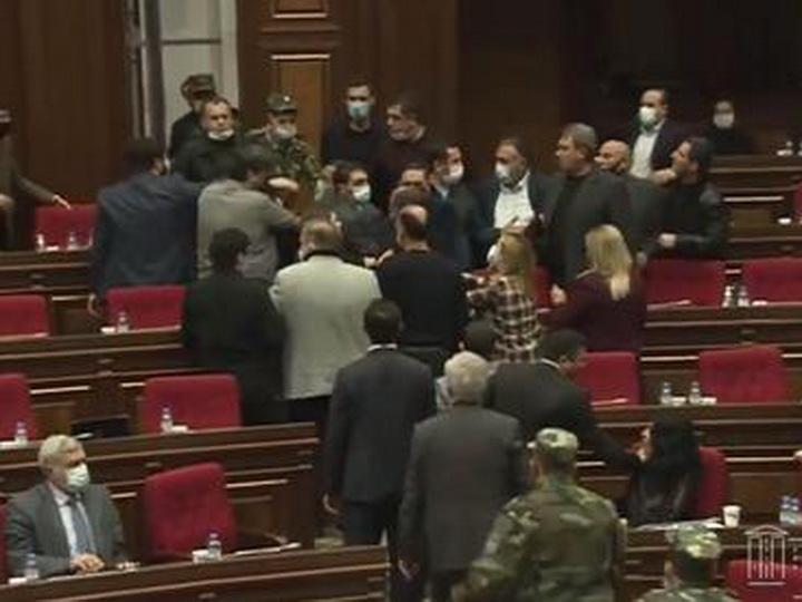 Ermənistan parlamentində dava düşüb – VİDEO