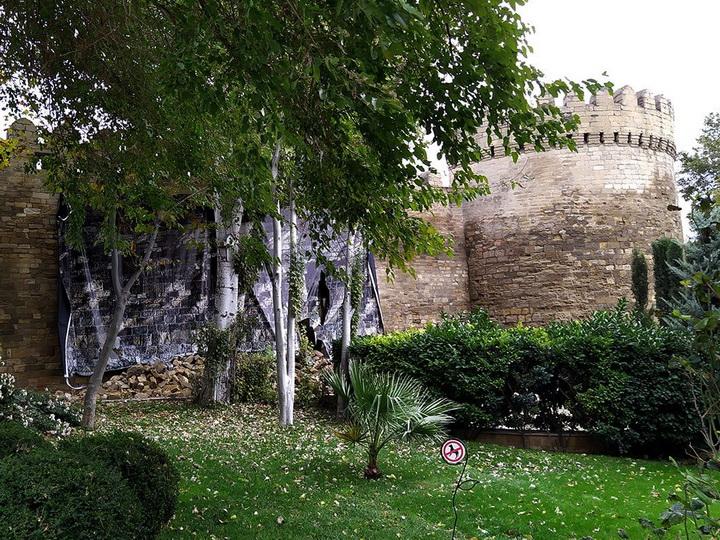 Вячеслав Сапунов об обрушении крепостной стены в Ичеришехер: Упала не одна сотня камней – ФОТО