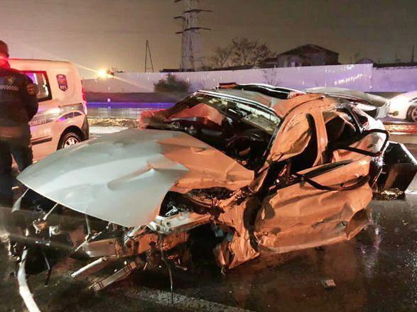 В Баку автомобиль врезался в магазин, погибли трое медработников - ФОТО