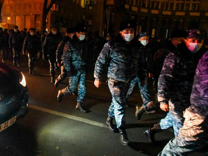 В Ереване вновь протесты: оппозиционеры направились к зданию правительства Армении - ВИДЕО