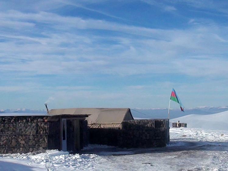 «С видом на заснеженное озеро Гёйча»: Азербайджанские солдаты несут службу в горах на границе с Арменией – ВИДЕО