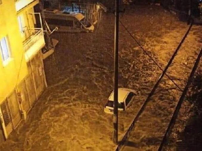 На Измир обрушился мощный ливень – ФОТО