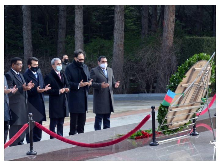 Гендиректор ICESCO посетил Аллею почетного захоронения и Аллею шехидов - ФОТО