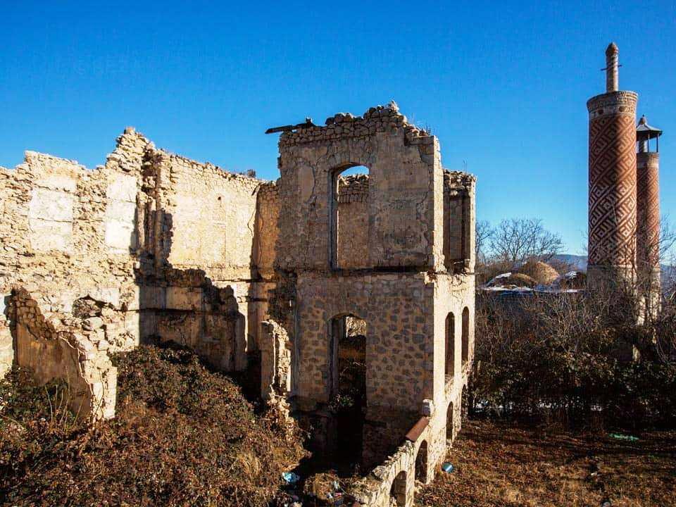 Фотограф Реза Дегати показал, во что армянские вандалы превратили мечеть в Шуше – ФОТО