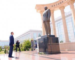 Ильхам Алиев посетил памятник Гейдару Алиеву в Сабирабаде