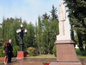 Ильхам Алиев посетил памятник Гейдару Алиеву в Агдаме - ФОТО