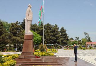 Ильхам Алиев посетил памятник Гейдару Алиеву в городе Саатлы - ФОТО