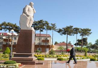 Ильхам Алиев посетил памятник Гейдару Алиеву в Агджабеди