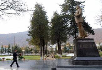 Ильхам Алиев посетил памятник Гейдару Алиеву в Огузе - ФОТО