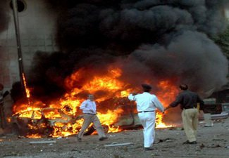 Три террориста и полицейский погибли при взрыве автомобиля в Пакистане