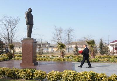 Ильхам Алиев посетил памятник Общенациональному лидеру Гейдару Алиеву в Сальяне - ФОТО