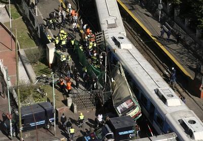 В Баку автобус врезался в поезд, есть жертвы